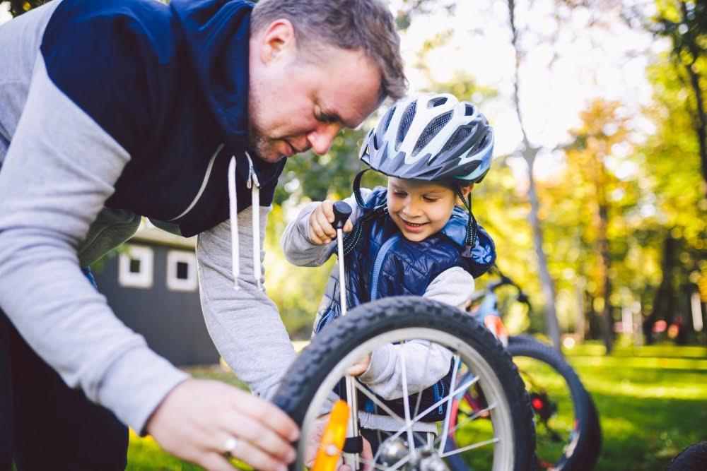 Far og søn gør cykler klar til tur