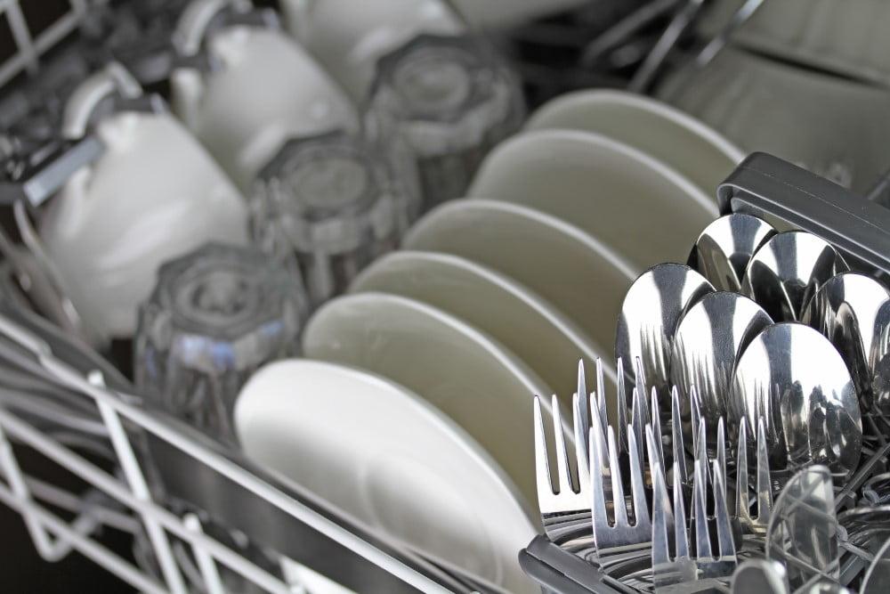 Service og bestik i opvaskemaskine