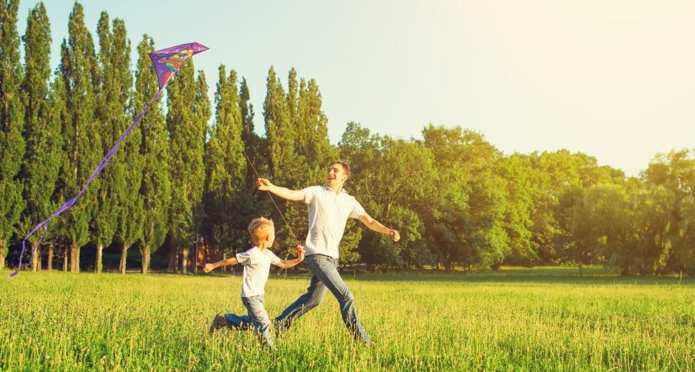 Far og søn med drage